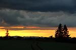 Barvitý západ Slunce pod přicházející bouřkou - autor: