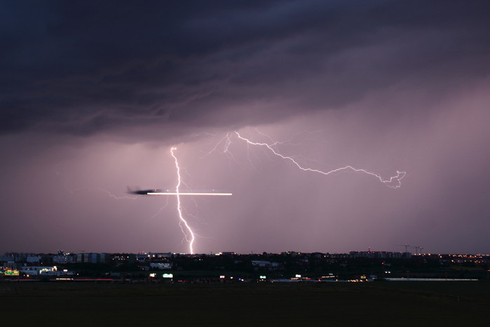Blesky spřistávajícím letadlem - autor: