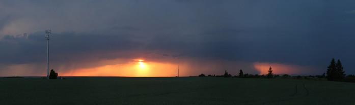 Srážky pod cumulonimbem při západu Slunce - autor:
