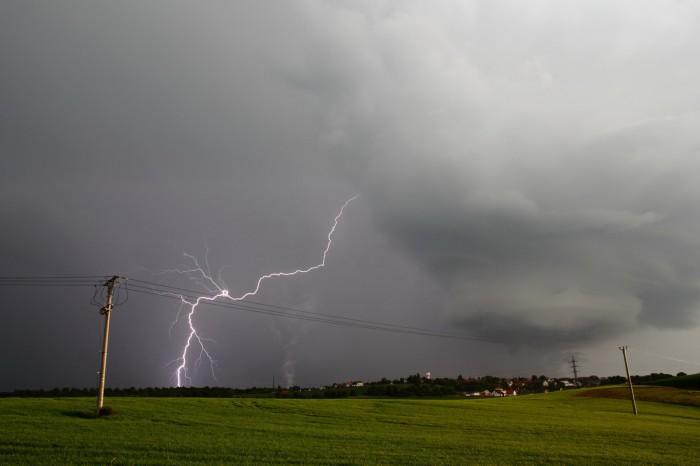Blesk sčelem bouře - autor: Miroslav Sedlmajer
