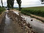 Naplavené bahno a kamení na silnici - autor: Jan Drahokoupil
