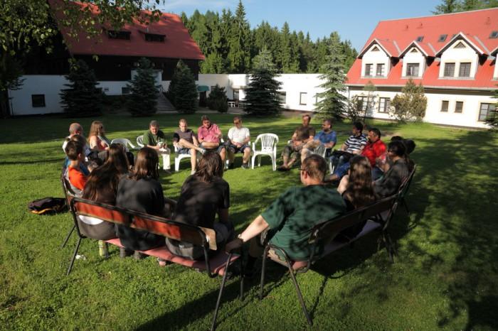 Diskuzní kroužek venku na čerstvém vzduchu - autor: Jan Drahokoupil