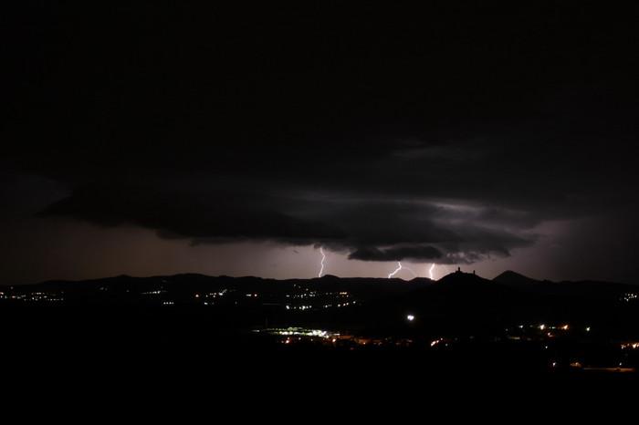 Několik CG blesků sshelf cloudem a hradem Házmburk - autor: Jan Drahokoupil