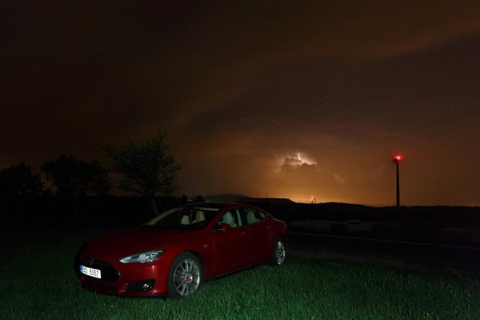 Tesla Model Ss bouřkou vpozadí - autor: Jan Drahokoupil
