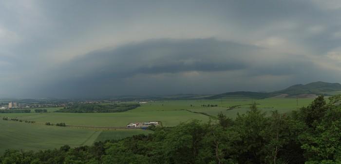 Shelf cloud na přicházející bouři - autor: Jan Drahokoupil