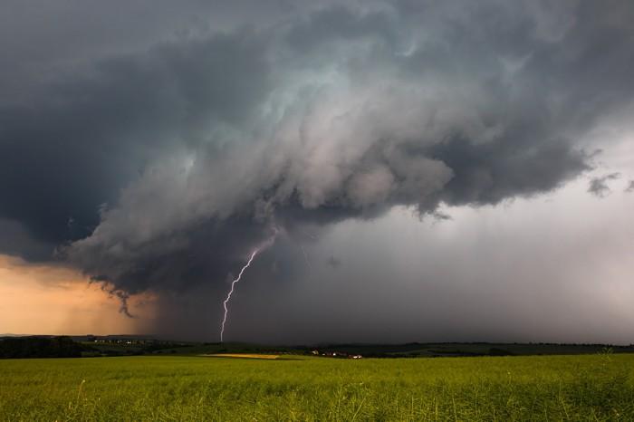 Shelf cloud sbleskem - autor: Jan Drahokoupil