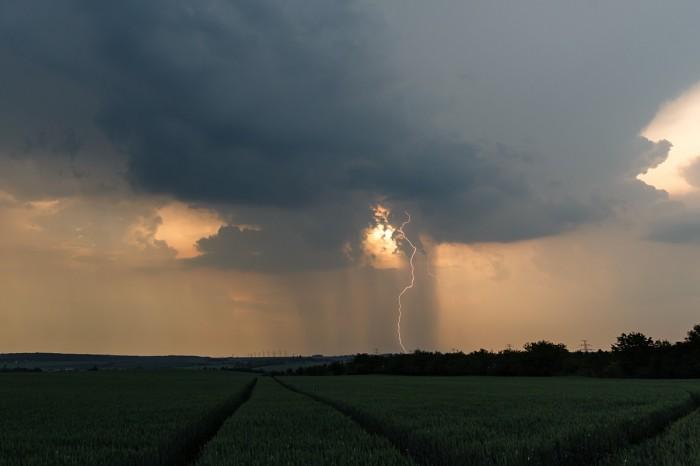 CG blesk proti západu slunce II - autor: Jan Drahokoupil