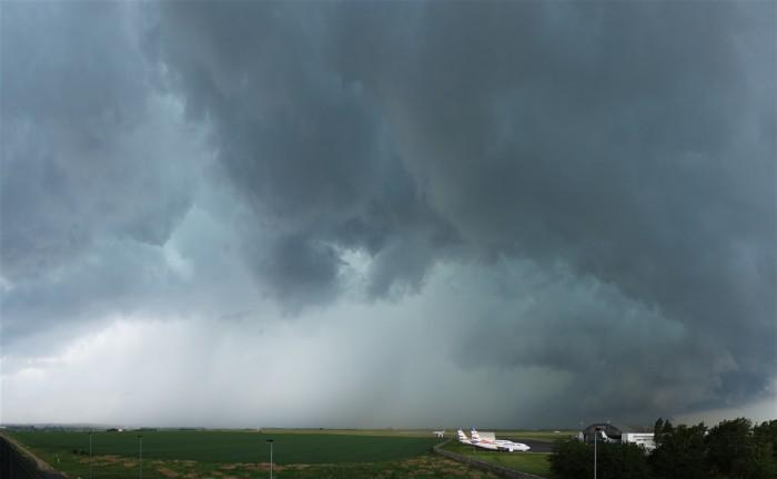 Bouře se blíží kletišti Ruzyně - autor: Jan Drahokoupil