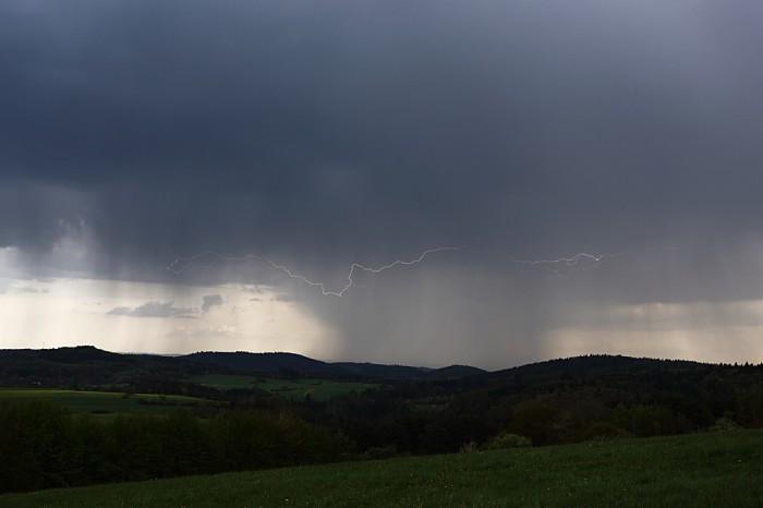 CC blesk obepínající srážkové pásmo pod bouřkou - autor: Jan Drahokoupil
