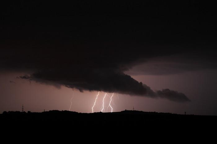 Několik CG blesků pod útvarem připomínajícím wall cloud - autor: Jan Drahokoupil