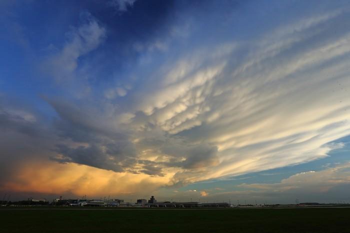 Oblaky mamma nad letištěm - autor: Jan Drahokoupil