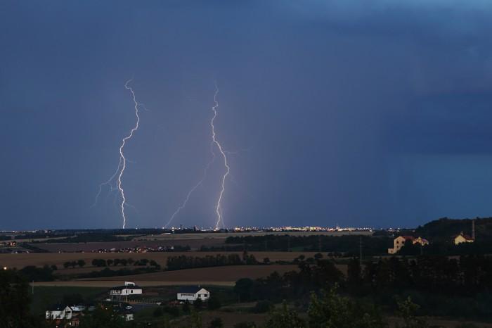 Dva větvené blesky nad Prahou - autor: Jan Drahokoupil