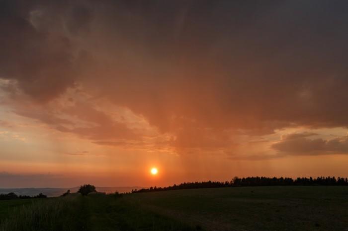 Západ slunce přes srážky - autor: Jan Drahokoupil