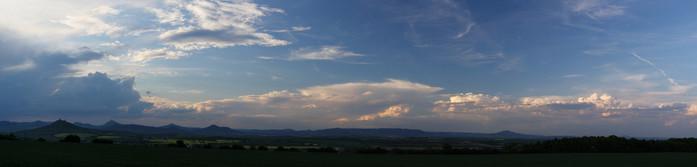 Panorama bouřkové konvekce nad Krušnými horami - autor: Jan Drahokoupil
