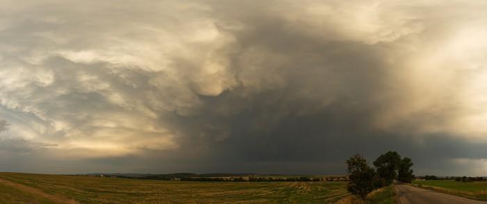 Panorama mammatů na odcházející bouřce - autor: Jan Drahokoupil