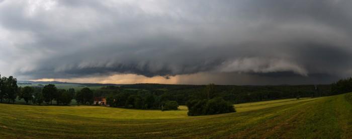 Mohutný shelf cloud na západě - autor: Jan Drahokoupil