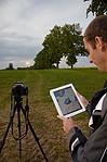 Drahoš pozorující radar na iPadu - autor: