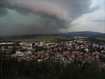 Pohled na shelf cloud přes webovou kameru vTrutnově - autor: Lukáš Ronge