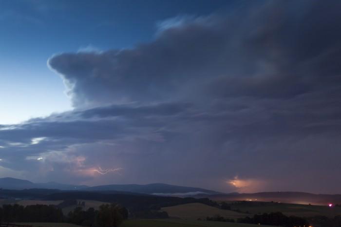 Vzdálená supercelární bouře vnoci - autor: Lukáš Ronge