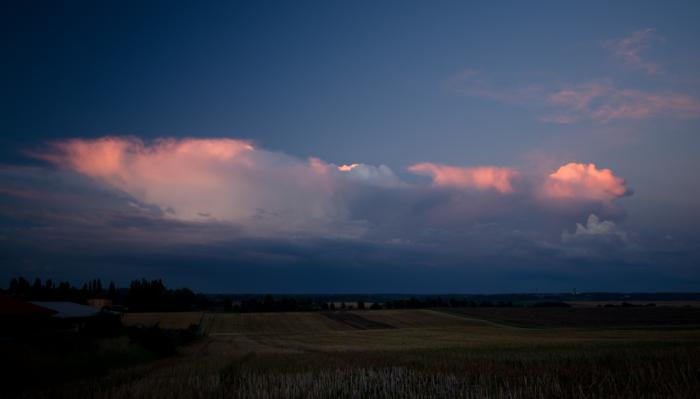 Ranní cumulonimbus krátce po východu slunce - autor: Michal Janoušek
