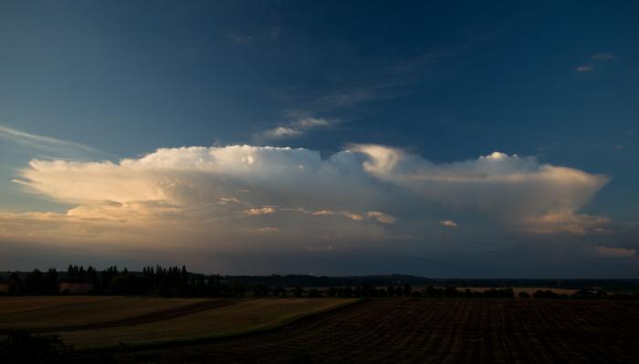Soustava cumulonimbů při východu slunce - autor: Michal Janoušek