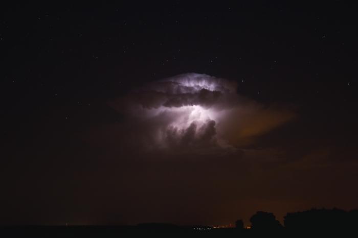 Kovadlina nočního cumulonimbu osvícená vnitřním bleskem - autor: Michal Janoušek
