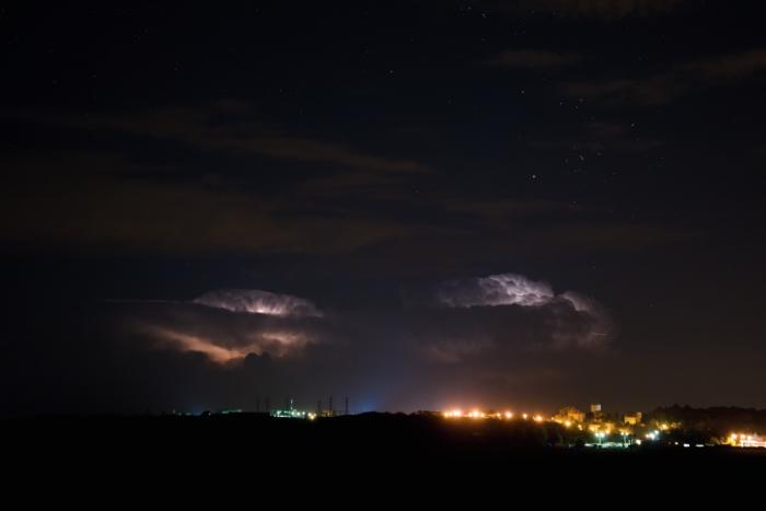 Dvojice vzdálených kovadlin nočních bouřek sblesky - autor: Michal Janoušek