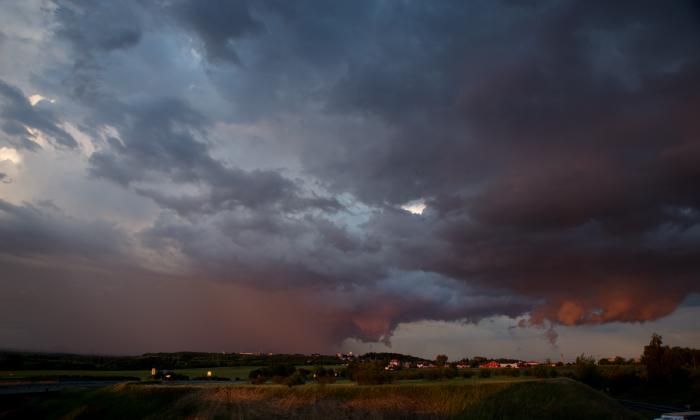 Základna bouřky nasvícená zapadajícím sluncem - autor: Michal Janoušek