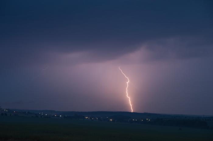 Čárový blesk vesrážkovém poli - autor: Michal Janoušek