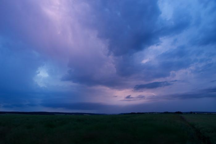 Bleskem prosvícená večerní bouřková obloha - autor: Michal Janoušek