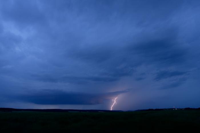Večerní bouřka spodezřelou základnou a GG bleskem - autor: Michal Janoušek