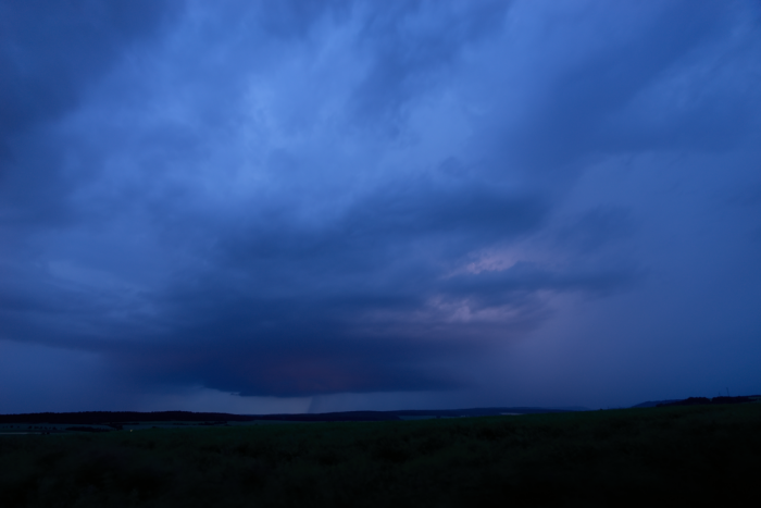 Večerní bouřka spodezřelou základnou - autor: Michal Janoušek