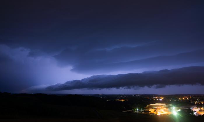 Shlef-cloud noční bouřky osvícený bleskem - autor: Michal Janoušek