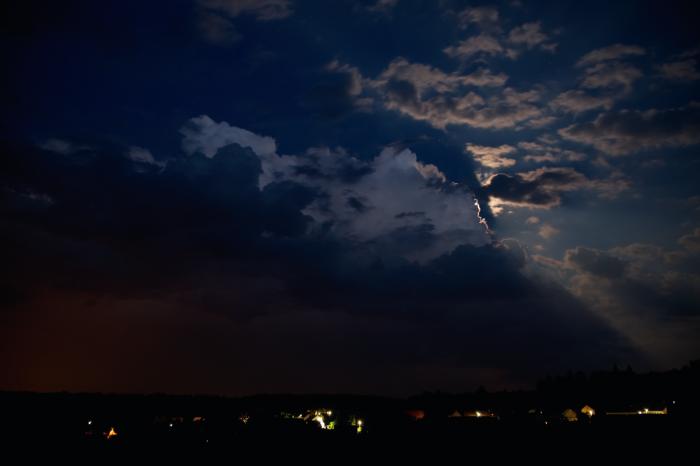 Ukazující se vrcholky slabé noční bouřky - autor: Michal Janoušek