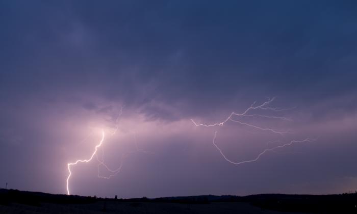 Blesk na zadní straně bouřky - autor: Michal Janoušek
