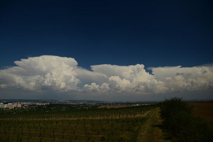 Pás cumulonimbů východně od Brna - autor: Michal Janoušek