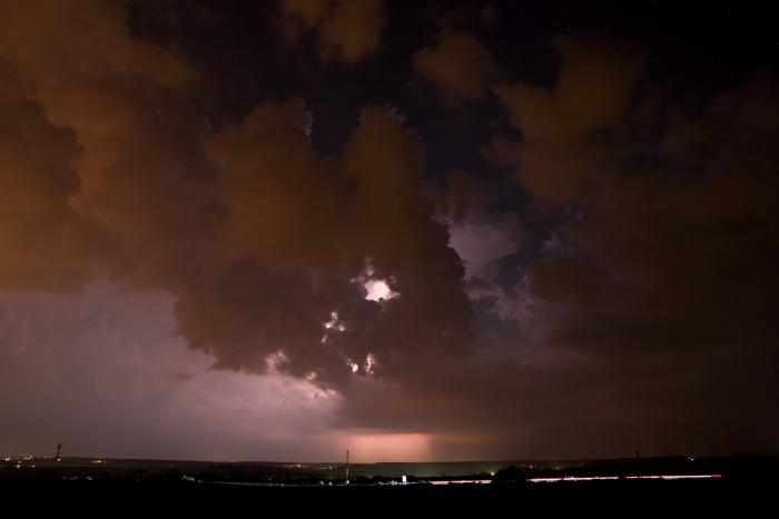 Prokukující bouřka mezi kumuly - autor: Michal Janoušek