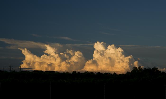 Večerní kupy zbarvené západem slunce I- autor: Michal Janoušek