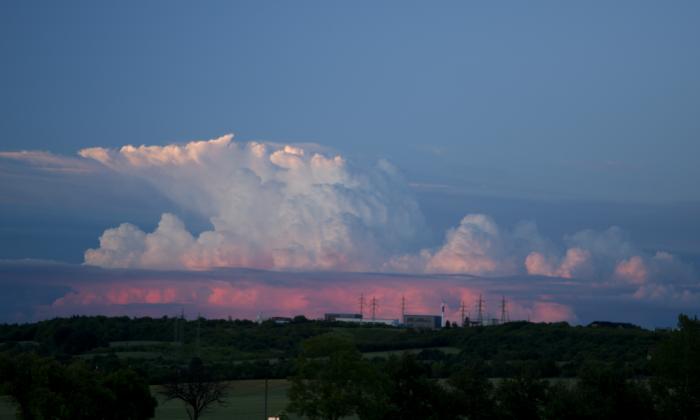 Večerní cumulonimbus zbarvený západem slunce I- autor: Michal Janoušek