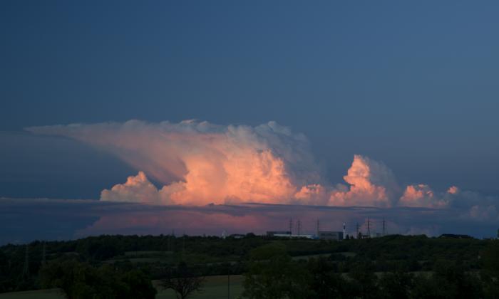 Večerní cumulonimbus zbarvený západem slunce II - autor: Michal Janoušek