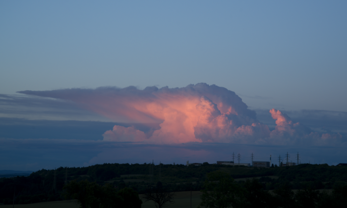 Večerní cumulonimbus zbarvený západem slunce III - autor: Michal Janoušek