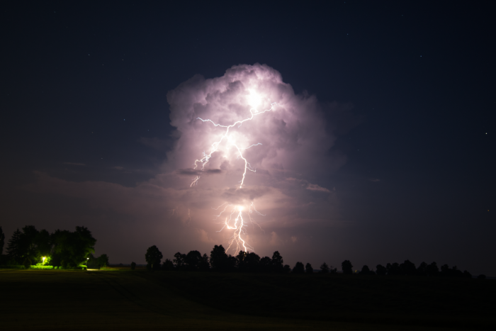 Noční cumulonimbus sCG+ bleskem - autor: Michal Janoušek
