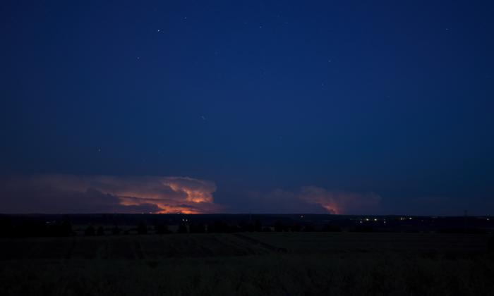 Vzdálené bouřky prosvětlené vnitřními blesky I- autor: Michal Janoušek
