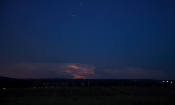 Vzdálené bouřky prosvětlené vnitřními blesky II - autor: Michal Janoušek