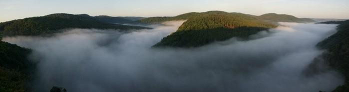 Panorama údolní mlhy vmeandrech Vltavy - autor: