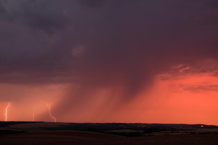 Vzdálené blesky, vpopředí nově vznikající buňka - autor: Tomáš Novotný
