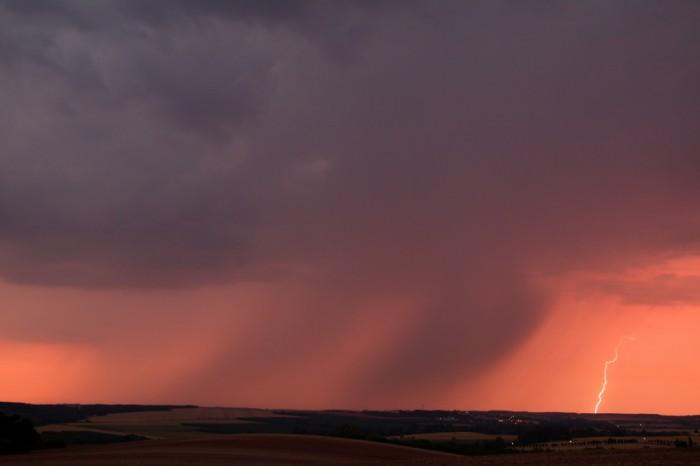 Vzdálený blesk, vpopředí nově vznikající buňka - autor: Tomáš Novotný