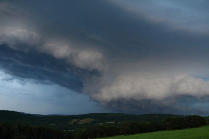 Dramaticky vyvinutý shelf cloud - autor: Tomáš Novotný