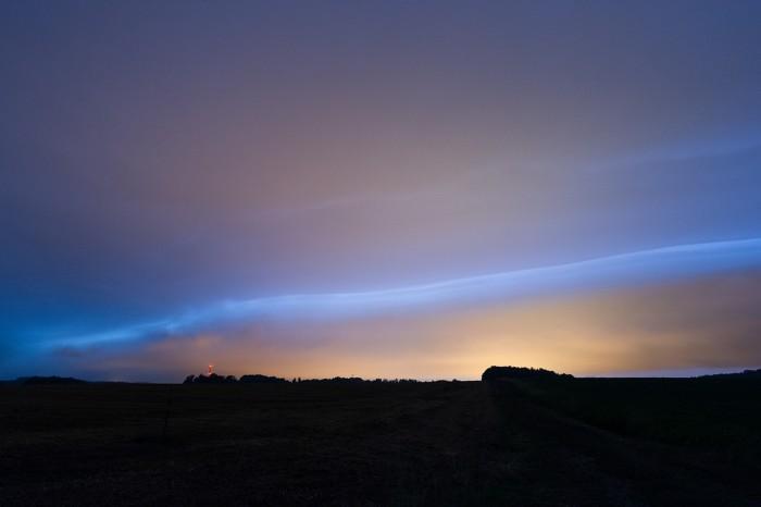 Shelf cloud osvětlený C-C blesky a umělým osvětlením - autor: Matěj Grék