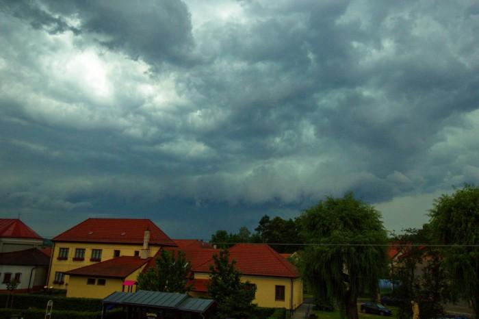 Přibližování systému smohutným arcusem a zelenou barvou mraků - autor: Jiří Kaňovský